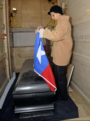 Salvador Allende's daughter Isabel places a flag on the coffin of her father's exhumed coffin.