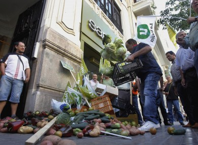 Protesting Spanish farmers yesterday dumped vegetables outside the German consulate in Valencia.