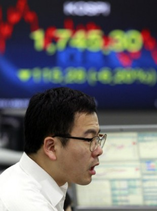 File photo: A trader in the Korea Exchange Bank reacts to falling stock prices.