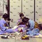 Geishas examine 3D photographs, circa 1898-1907. Flickr/Rob Oeschle (originally T. Enami)