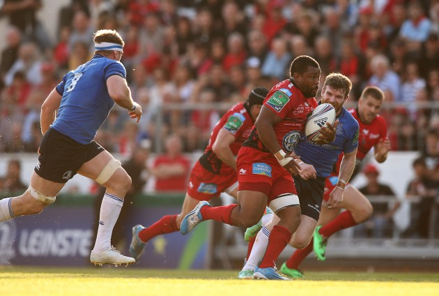 Steffon Armitage chased by Gordon D'Arcy