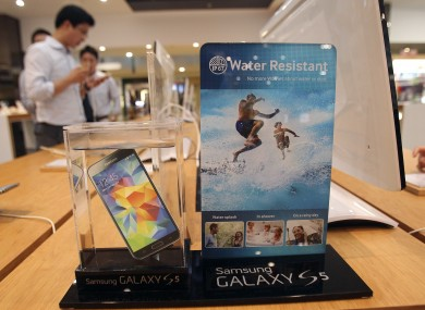 Positive sales of the Galaxy S5 wasn't enough to stop Samsung's net profit from falling.