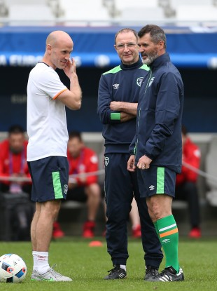 Martin O'Neill (centre) with assistant Roy Keane (right) and FAI head of fitness Dan Horan (left) during a training session at the Stade de Bordeaux.