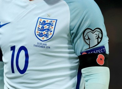 Wayne Rooney wears an armband featuring a poppy