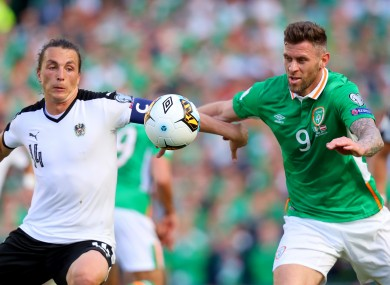 Republic of Ireland's Daryl Murphy (right) and Austria's Julian Baumgartlinger battle for the ball
