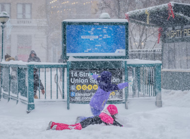 Children did not miss the opportunity to play in the snow in New York.
