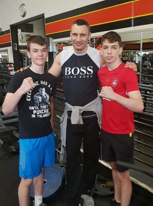Aaron McKenna (L) alongside Vitali Klitschko and his brother, Stevie McKenna (R)
