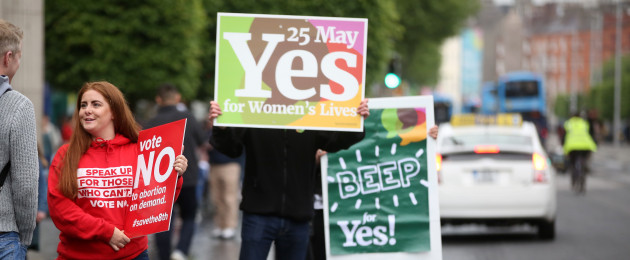 Yes and No campaigners on O'Connell Street in Dublin ahead of tomorrow's vote.