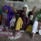 Pakistani women mourn over the death of their relative, who was died in the house collapsed due to heavy floodwaters in Lundi village near Karampur, in southern Pakistan, 1 September, 2010. (AP Photo/Anjum Naveed)<span class=