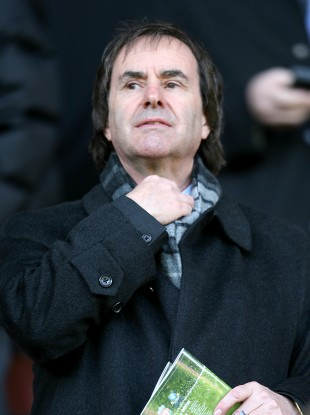 Chris de Burgh: A negative review of a private country manor on TripAdvisor has provoked a strong defence from the venue's owner.