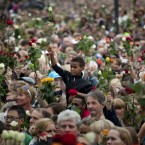 People in Oslo pay tribute to the victims of Norway's bomb attack and shooting massacre. (AP Photo/Emilio Morenatti)