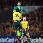 Rob Kearney beats Kurtley Beale under the high ball.<span class=