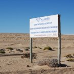 A lone sign welcomes visitors as it warns against diamond theft — a problem the barren desert region no longer faces. (Virginia Millington/Flickr)