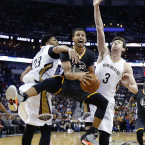 Steph Curry, centre, scored 53 points against New Orleans on Saturday night.<span class=