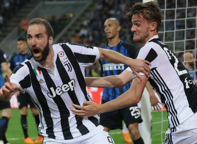 Gonzalo Higuain (L) leads Juventus celebrations against Inter.