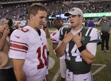 Eli Manning (10) speaks with Jets rookie Sam Darnold (14)