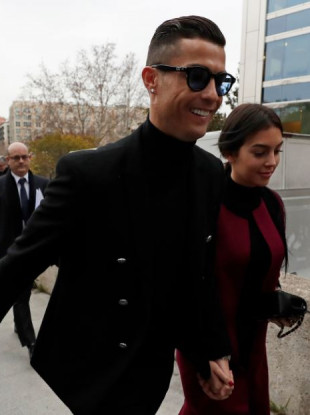 Cristiano Ronaldo arrives at the court in Madrid today with his partner Georgina Rodríguez.