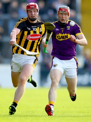 Diarmuid O'Keeffe is chased down by Adrian Mullen.
