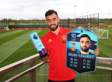 Fernandes holding his award.