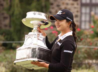 Sei Young Kim holds up her trophy.