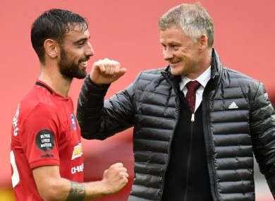 The United boss congratulates Fernandes.