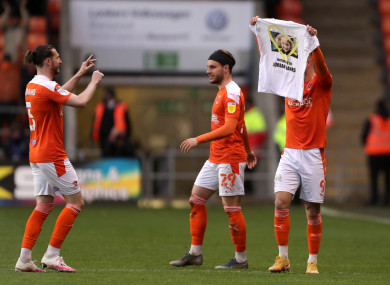 Blackpool's Jerry Yates (right) celebrates scoring their side's third goal of the game by holding up a T-shirt in memory of Jordan Banks.